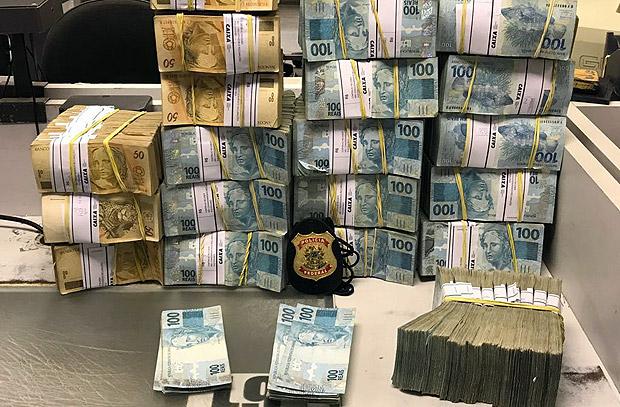 Imagem da noite: dinheiro apreendido pela PF na operação de hoje