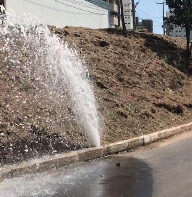 Acorda, Caema! Água potável jorra em bairro nobre enquanto a periferia sofre