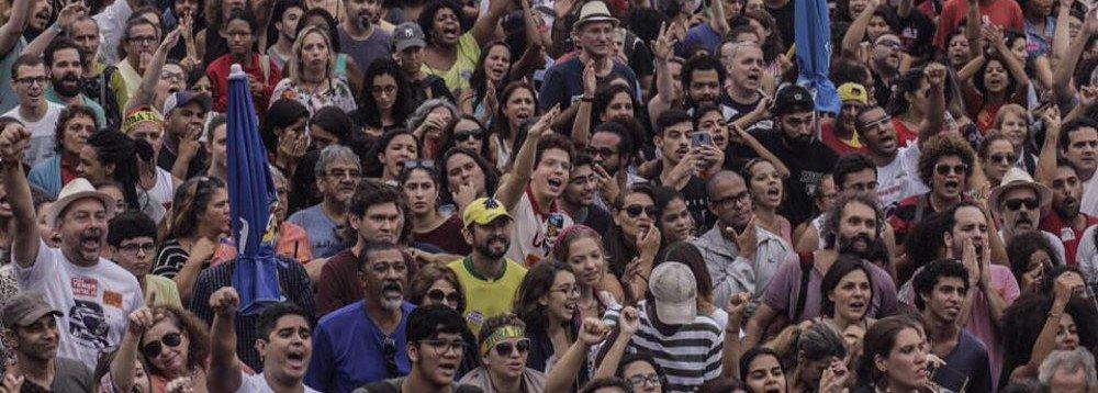 SOB CHUVA, MILHARES PEDEM DIRETAS-JÁ NO RIO