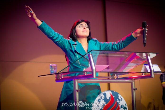 Igreja COBRA INGRESSO para assistir culto com a cantora Eyshila