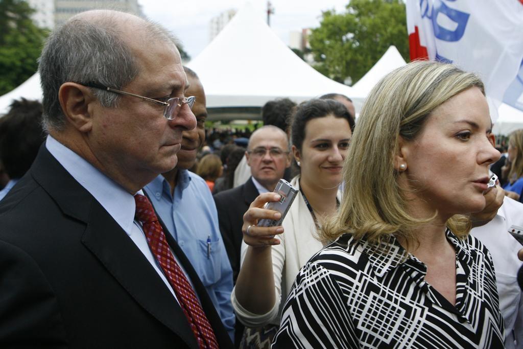 Gleisi Hoffmann, esposa do ex Ministro que foi preso por lesar servidores federais, diz que senadores não cumprimentam garçons