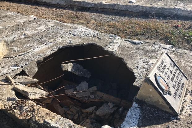Prefeito cai em cova, quebra caixão e interdita parte de cemitério