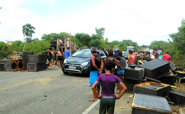 Acidente com caminhão na BR 402 em Morros deixa vários feridos.
