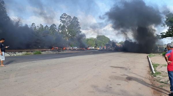 MARANHÃO – Reivindicando um retorno, moradores de Peris de Cima interditaram a BR-135.