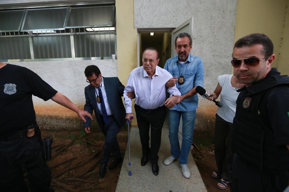 Maluf se entrega e é preso pela PF