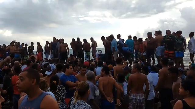 TRAGÉDIA: Helicóptero da TV Globo cai e deixa mortos em praia do Recife.