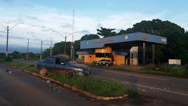 AÇAILÂNDIA/MA – Condutor embriagado colide em poste na frente do posto da PRF
