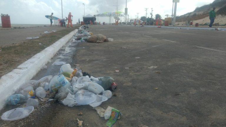 SÃO LUÍS/MA – População deixa rastro de lixo após Réveillon na Litorânea