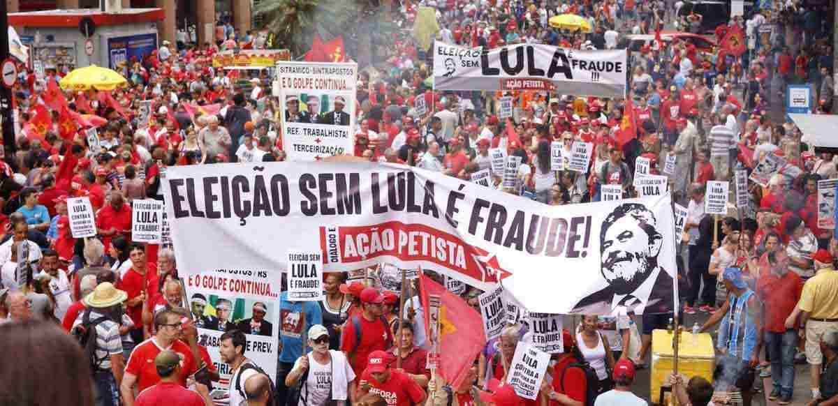 Multidões em Porto Alegre em defesa de Lula na véspera de seu julgamento