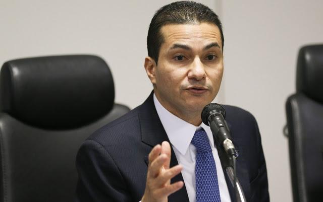 Ministro Marcos Pereira entrega carta a Temer pedindo demissão