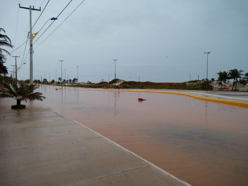 SÃO LUÍS/MA – Chuva causa alagamento na orla do Araçagi