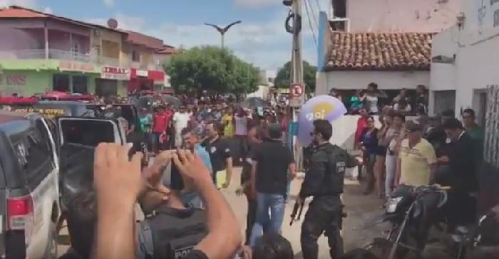 População de Santa Quitéria comemora prisão do ex-prefeito Manim Leal e mais integrantes do grupo.