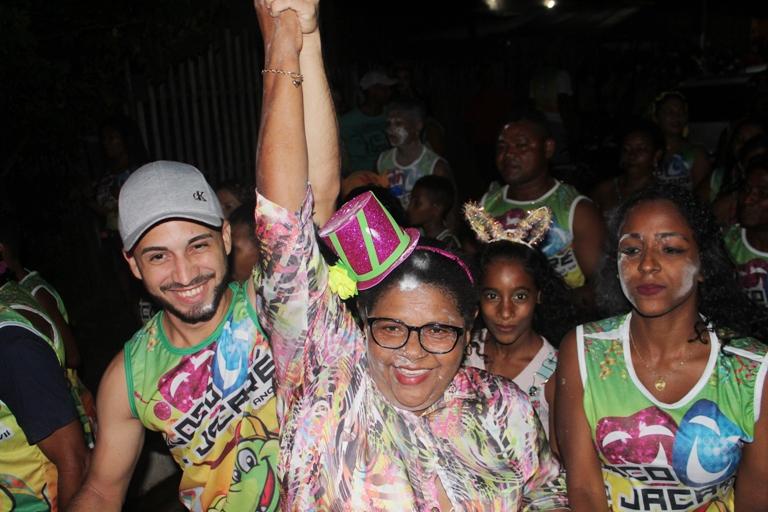 SÃO VICENTE FERRER / MA – Prefeita Conceição extravasa de alegria no comando do arrastão do bloco do Jacaré