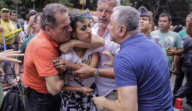 """Em defesa de Lula Livre, mulher leva """"gravata"""" de bolsonaristas em SP e é algemada pela polícia"""