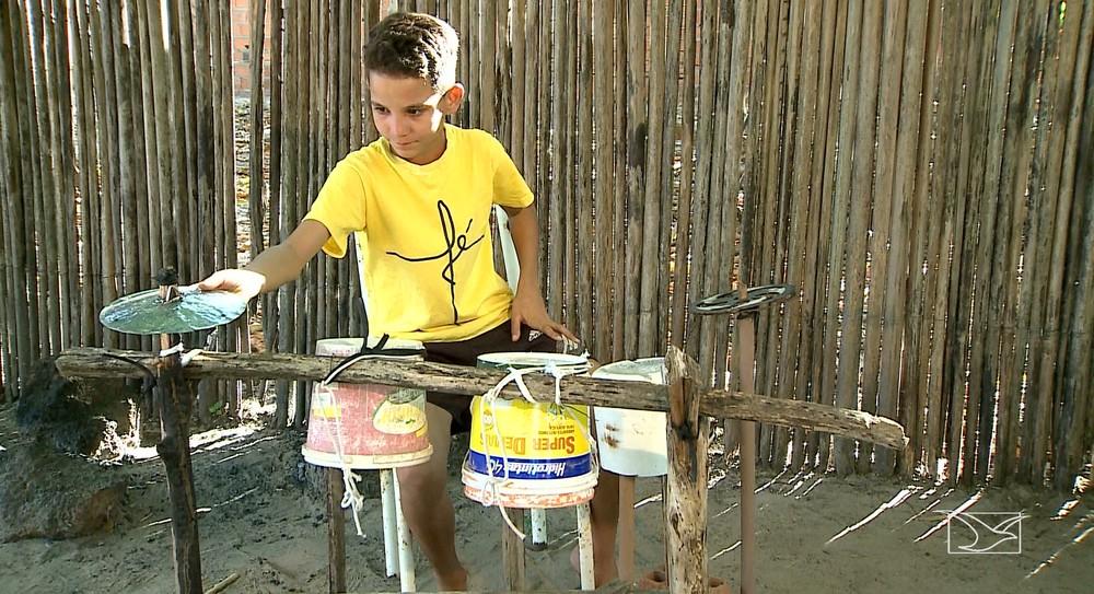 São Mateus/MA – Tocando bateria de sucata, menino vive sonho de ajudar a família