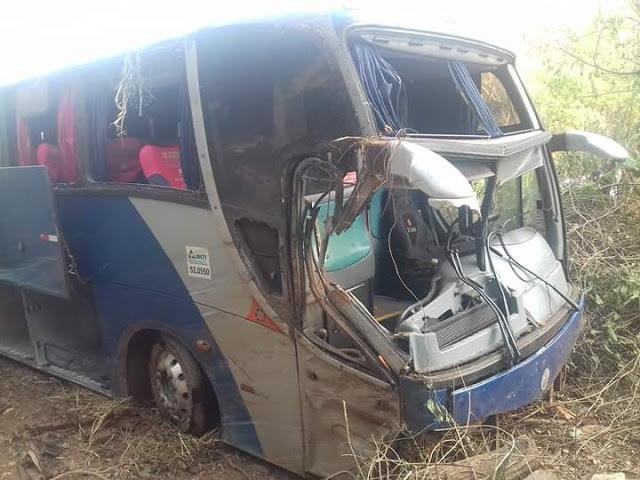 Colinas/MA – Ônibus da empresa TransBrasil vira na BR 135 e motorista fica ferido