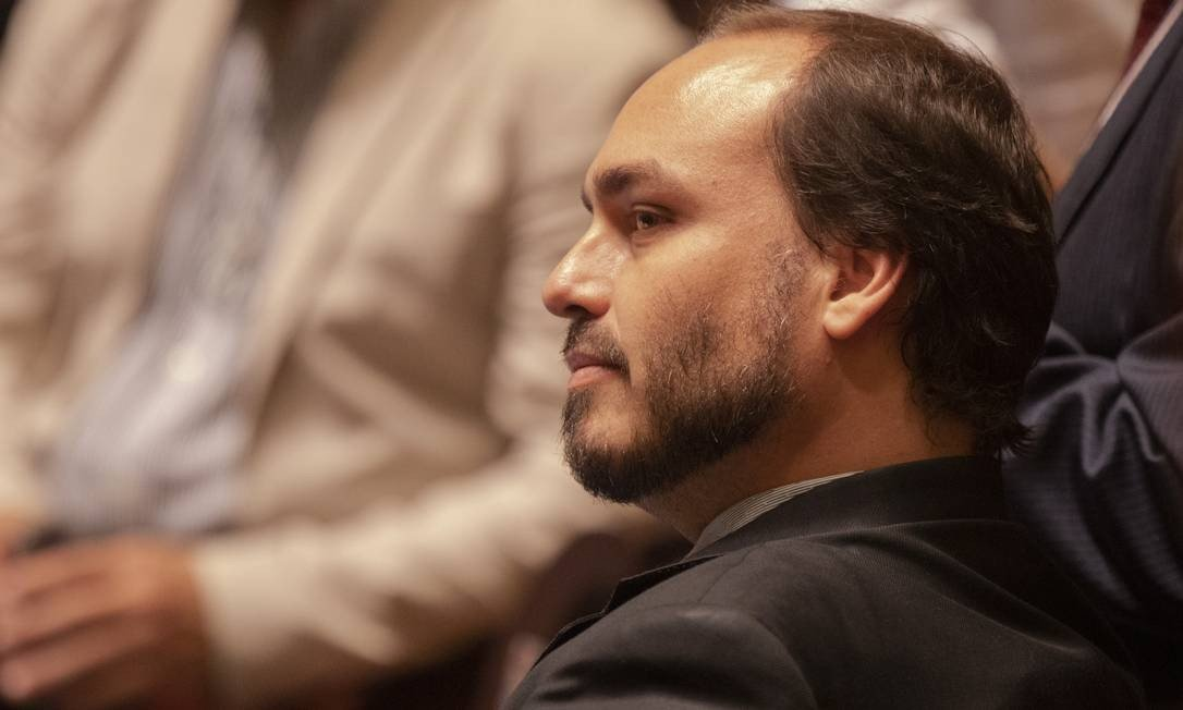 URGENTE: Justiça abre investigação contra Carlos Bolsonaro por funcionários fantasmas