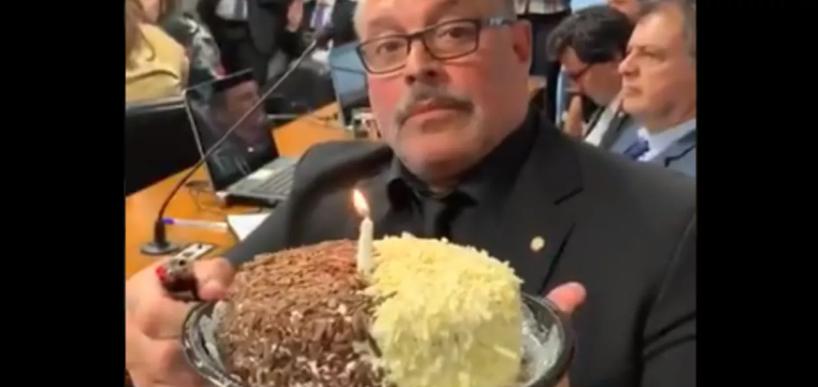 Frota leva bolo à CPI das Fake News para comemorar um ano do caso Queiroz