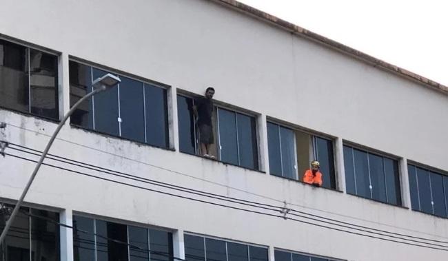 Patos de Minas/MG – Homem desiste de pular de prédio após multidão cantar louvor, em Minas