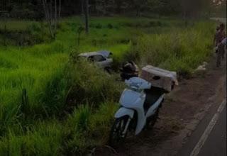 Pedreiras/MA – Um carro com cinco ocupantes sai da pista na MA-122 que vai sentido Lima Campos